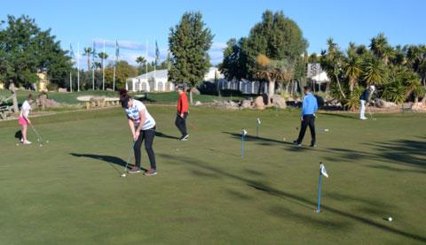 Estudiantes de la Academia de Golf de Hartpury trabajando en su t?cnica del putt en la zona de Juego Corto de la Academia Desert Springs.