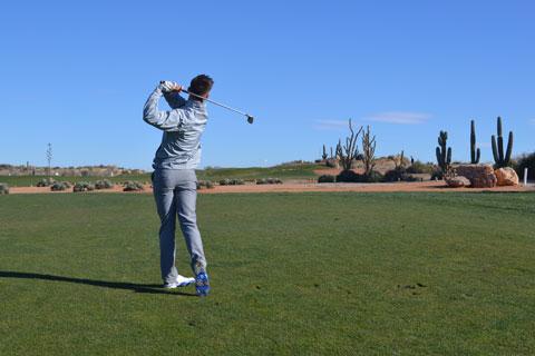 Un Estudiante de la Academia de Golf de Hartpury tirando al Green del Hoyo 1 ?Cactus Point? en el Campo Indiana de Desert Springs.