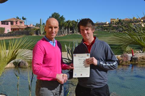 El estudiante de la Academia de Golf de Hartpury Alex Chalk (derecha) recibiendo su certificado por su ?Hoyo-en-Uno? en el hoyo 2 ?Gulch? del Campo Indiana.