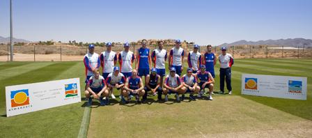 Miembros del Equipo de Inglaterra junto a su nuevo entrenador Trevor Bayliss (en el extremo derecho) en la Academia de Cr?quet de Desert Springs