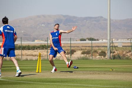 James Anderson afinando sus lanzamientos en la Academia de Cr?quet de Desert Springs