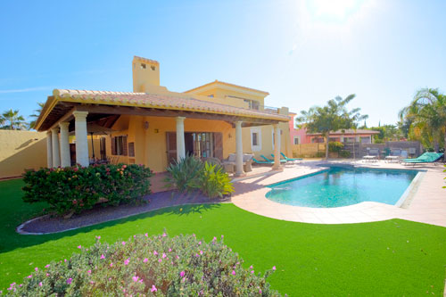 Spacious-fairway-frontage-villas-that-allow-for-an-unforgettable-stay-at-Desert-Springs-Resort
