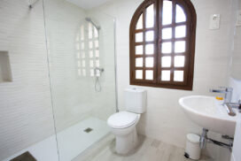 153 Las Sierras III Main Bathroom 01